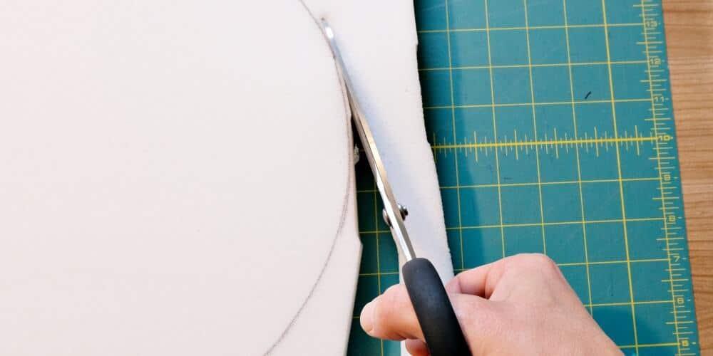 Matratze zuschneiden Schere