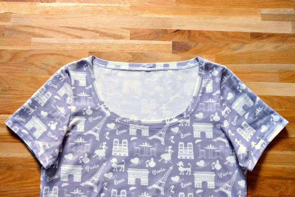 Vergrößerter Halsausschnitt T-Shirt