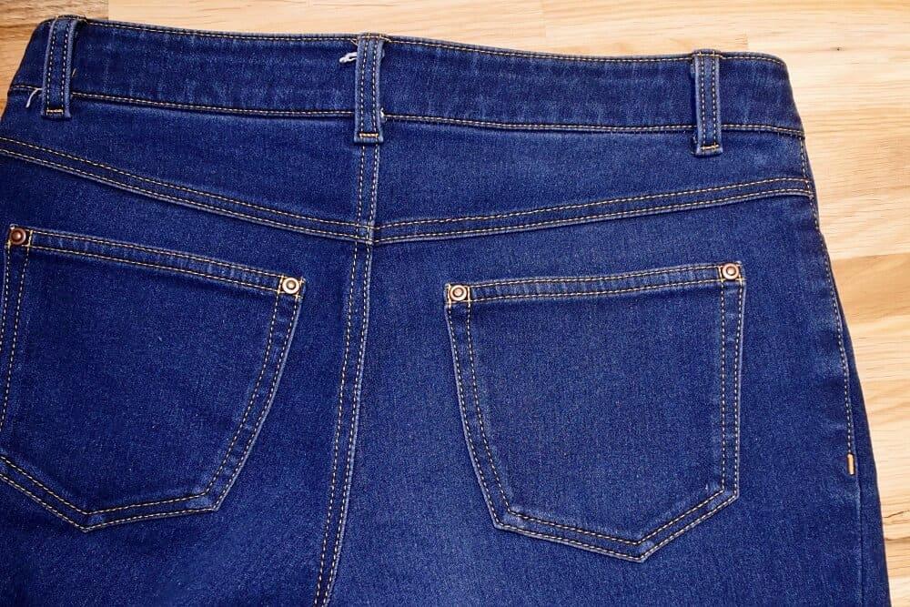 Gesäßtasche mit Nieten einer selbst genähten Jeans