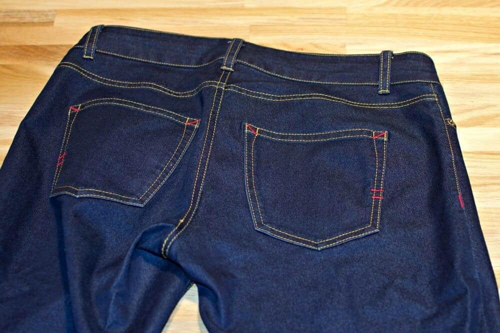 Rückseite einer selber genähten Jeans mit der Nähmaschine