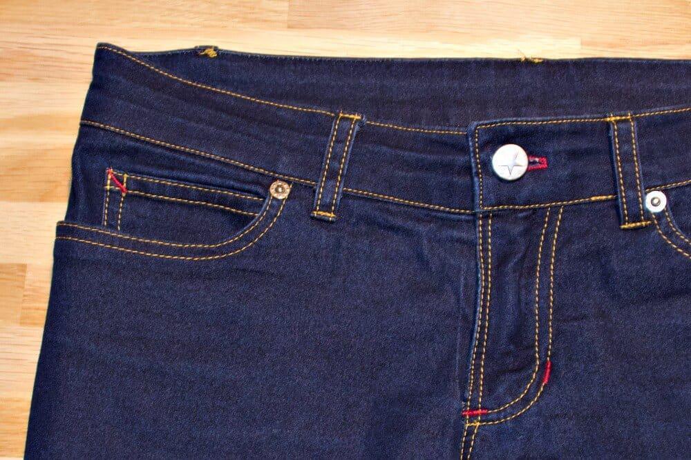 Abgesteppter Jeansreißverschluss mit Ziernähten.