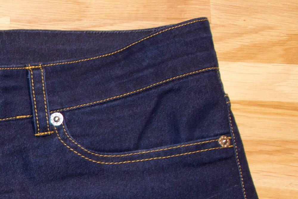 Vordere Jeans Taschen mit Nähten verziert.