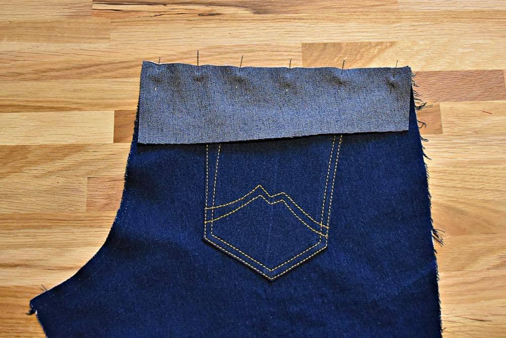 Sattel an Jeans stecken vor dem Nähen