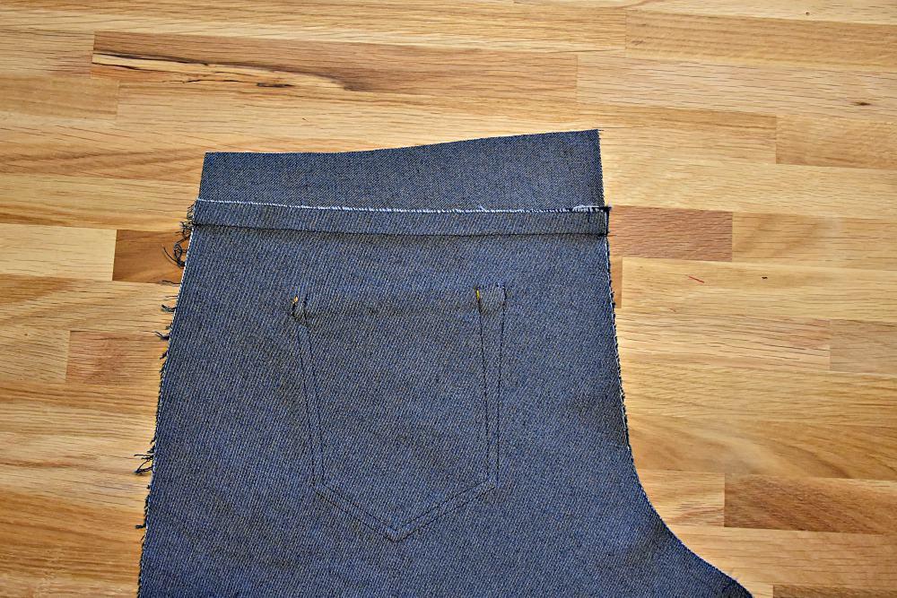 Nahtzugabe des Hosensattel einer Jeans bügeln