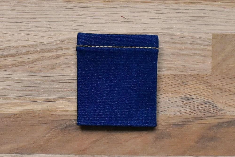 Münztasche für Jeans mit Nahtzugaben nach innen gebügelt von vorne