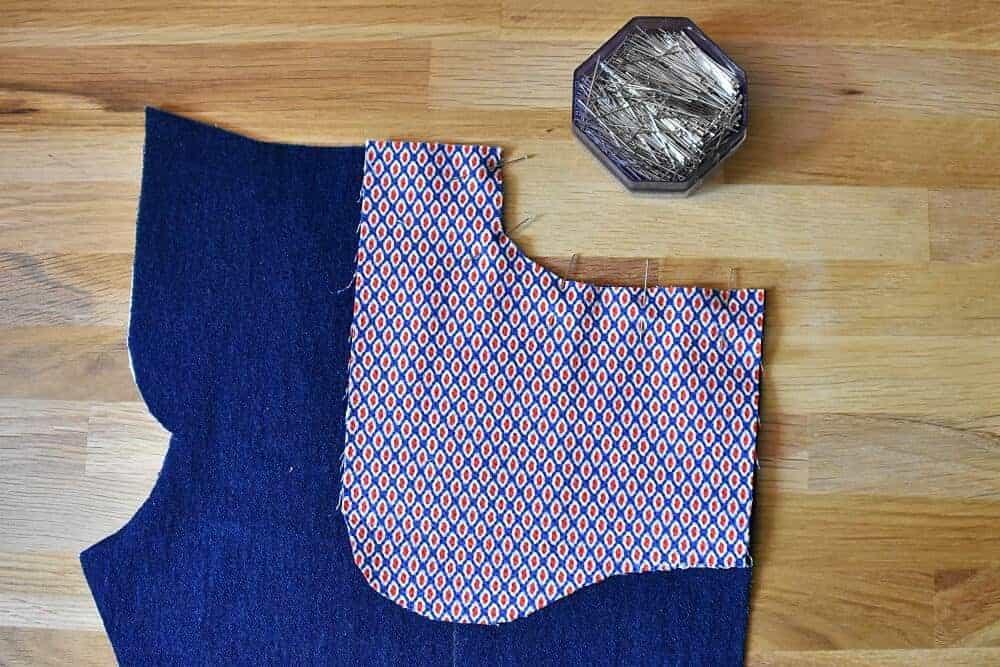 Taschenbeutel auf die rechte Seite der Hose stecken