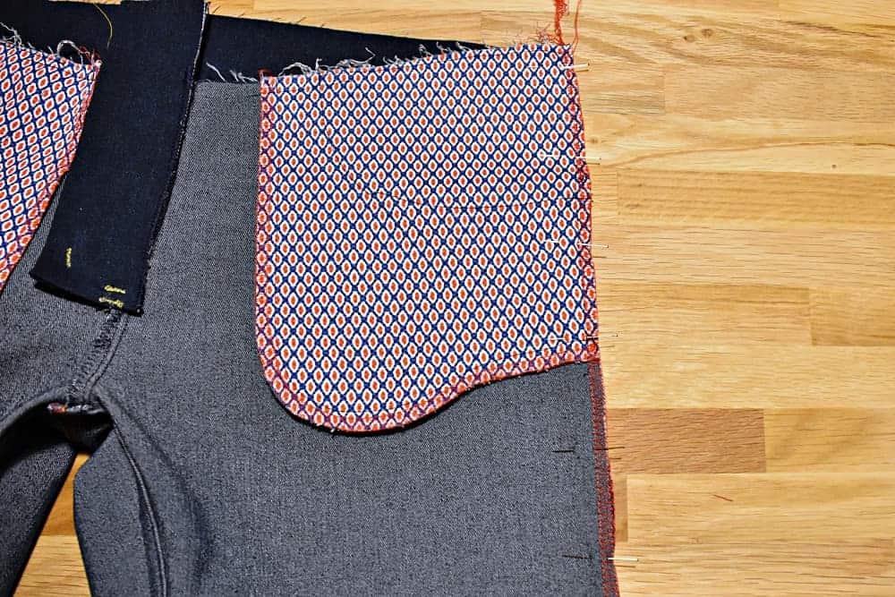 Seitennähte der Jeans aufeinander stecken