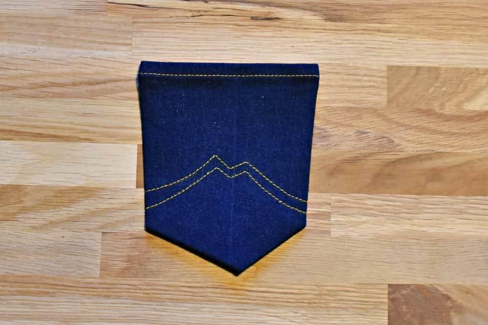 Nahtzugabe der Taschen einer Jeans nach innen bügeln