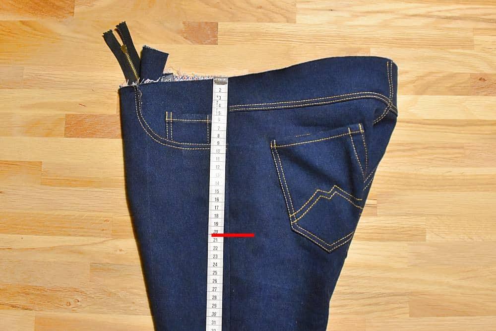 Markierung für die Ziernaht an der Hüfte bei Jeans
