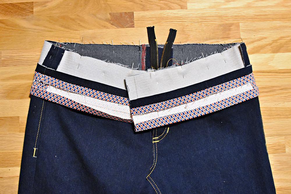 Hosenbund auf Jeans stecken