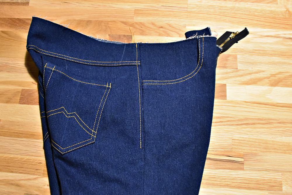 Seitliche Naht einer Jeans an der Hüfte