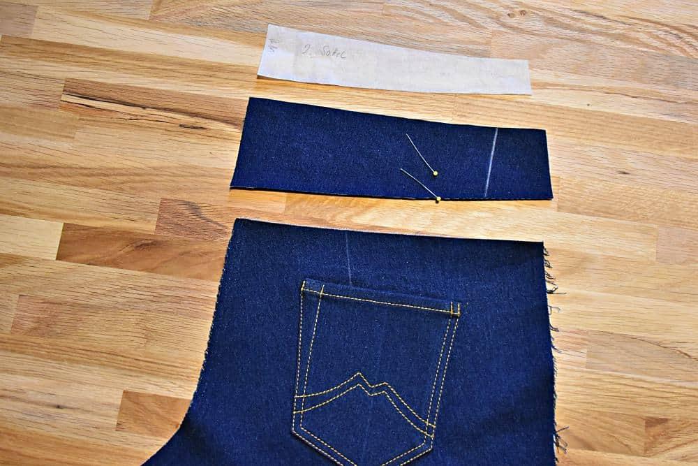 Schnitteil für den Sattel der Hinterhose einer Jeans