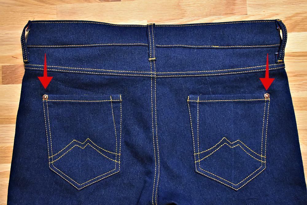 Nieten Gesaesstasche Jeans