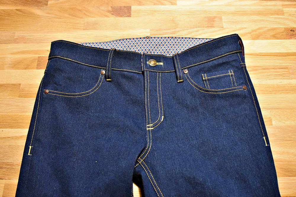 selbstgenaehte Jeans mit Nieten und Knopf