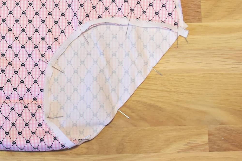 Wäschegummi auf Beinausschnitt stecken