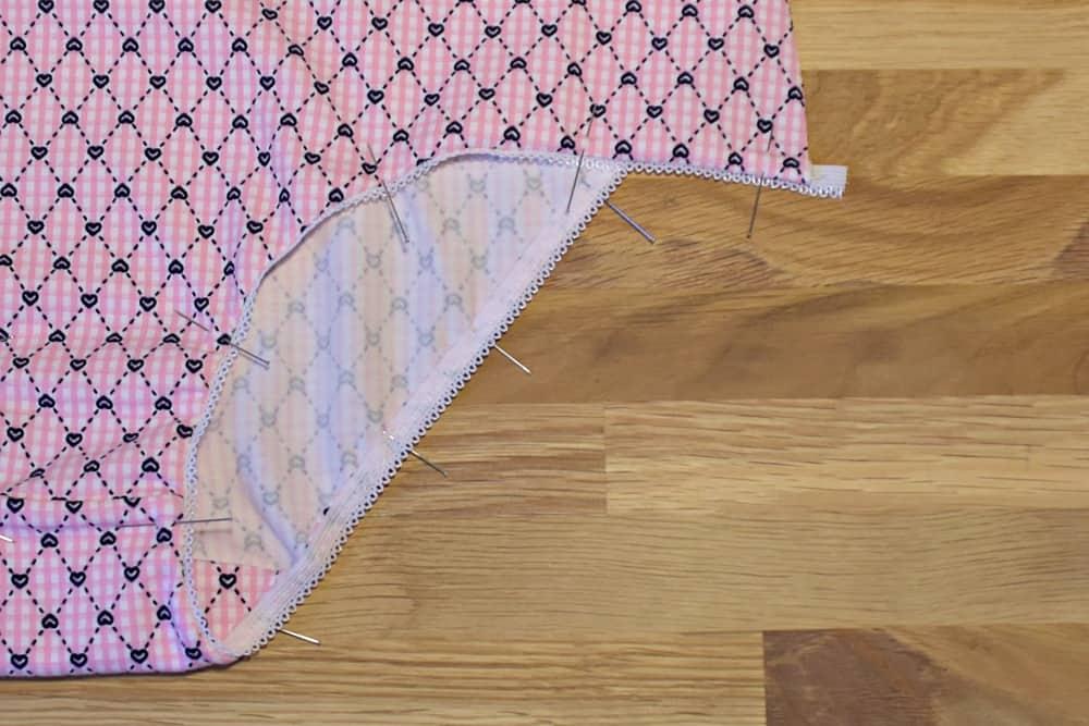 Wäschegummi umschlagen und stecken vor dem Nähen