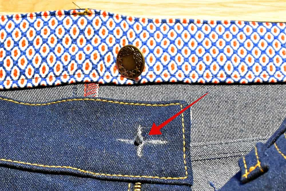 Niete fuer Knopf von unten durchstechen Jeans