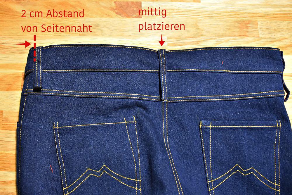 Gürtelschlaufen hinten auf der Hose feststecken