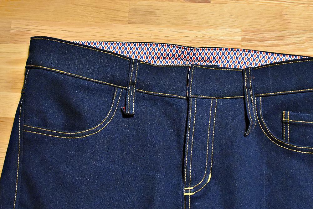 Gürtelschlaufen der Jeans feststecken