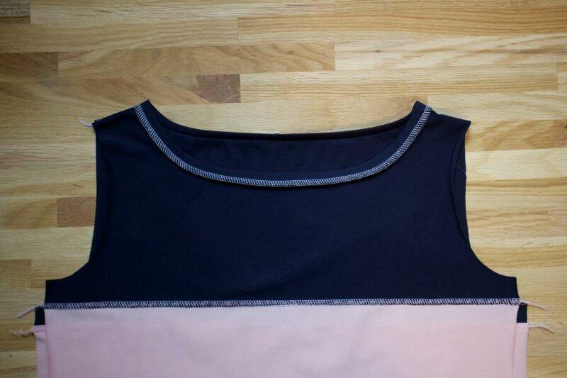 flach liegender Halsausschnitt nach dem Bügeln