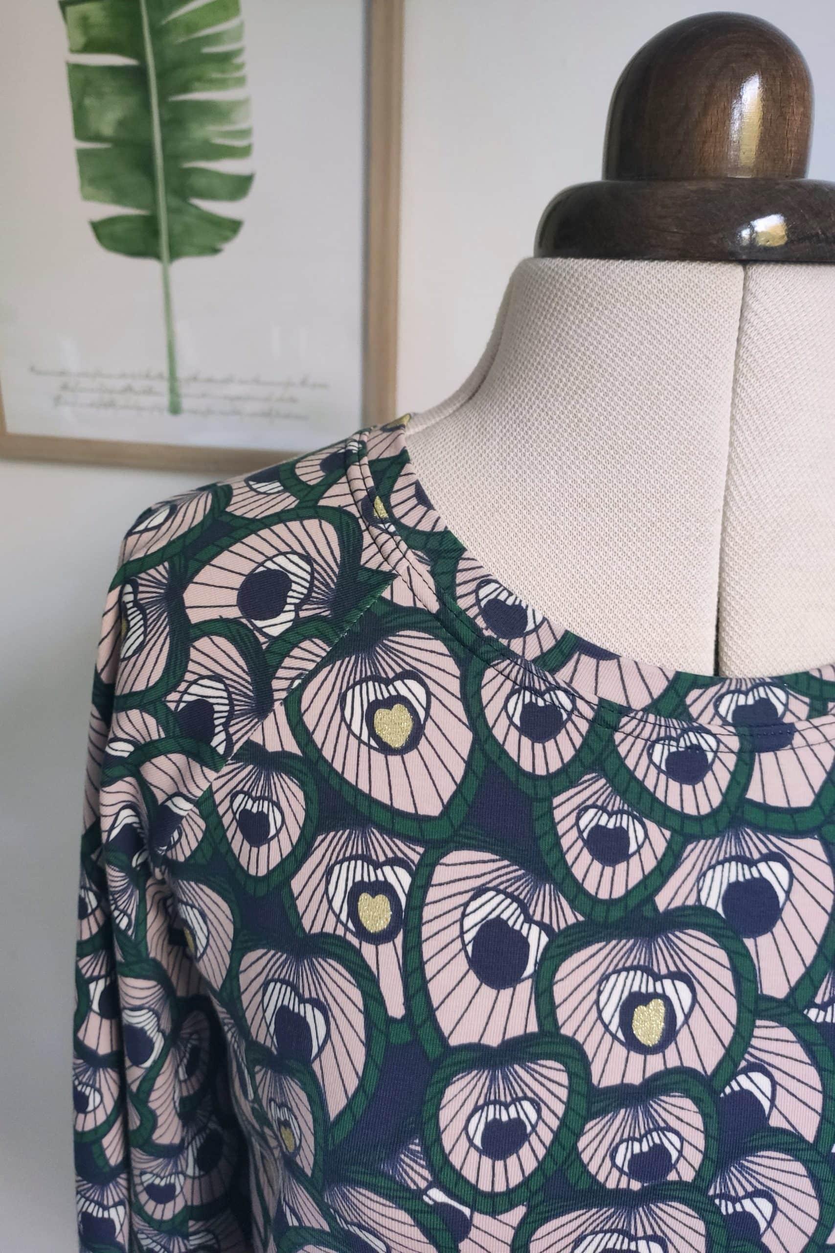 Halsausschnitt des Fledermausshirts.