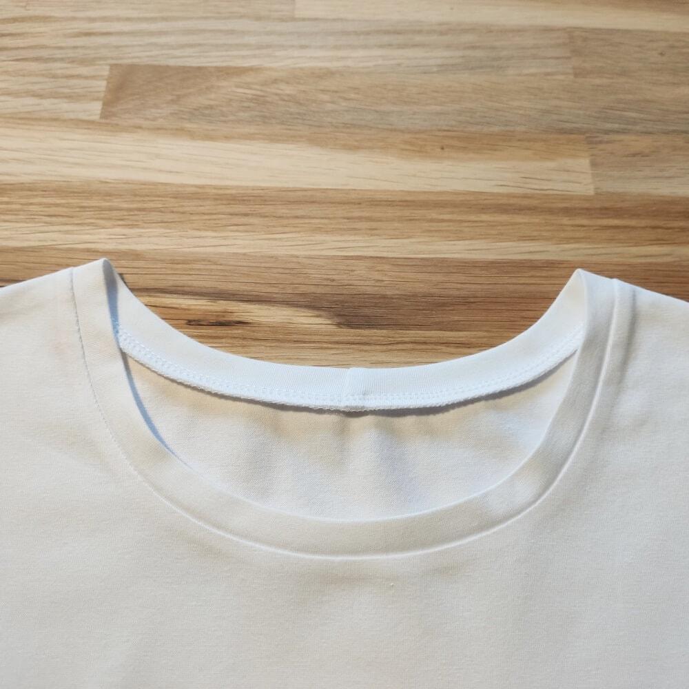 Genähter Halsausschnitt am T-Shirt für Damen