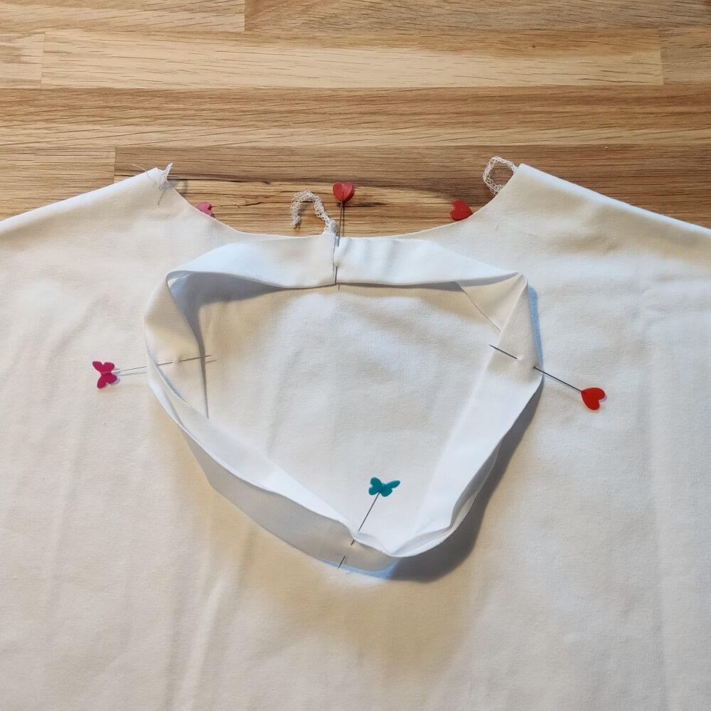 Halsstreifen T-Shirt stecken