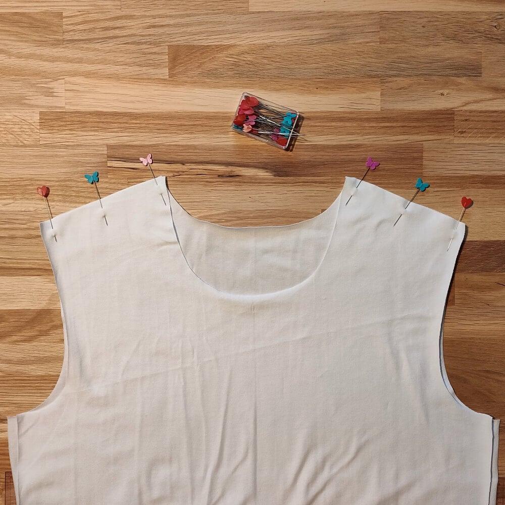 Schulternähte des T-Shirts stecken