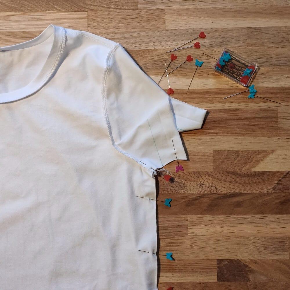 Seitennähe des T-Shirts stecken
