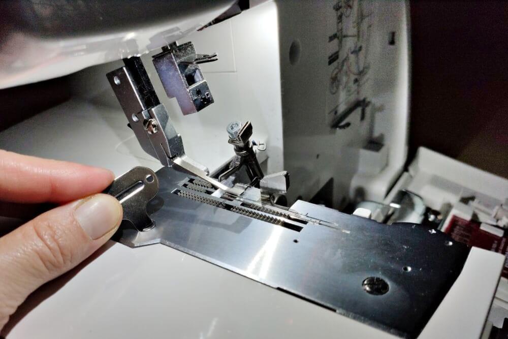 Schrauben der Stichplatte lösen und entfernen einer Overlock