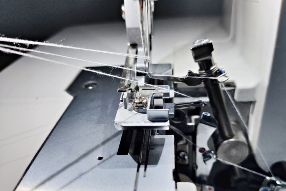Fadenlauf Nadeln und Greifer prüfen