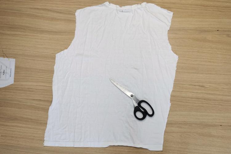 Stoff aus dem T-Shirt ausschneiden