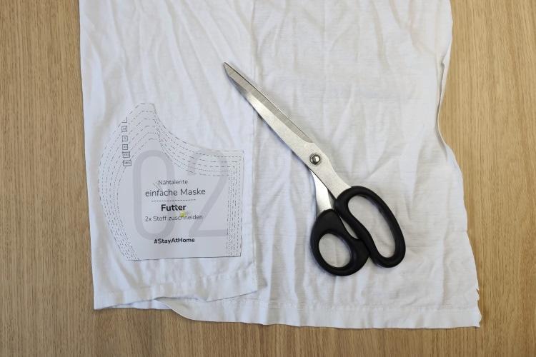 Zuschneiden der Maske aus einem alten T-Shirt mit einem kostenlosen Schnittmuster
