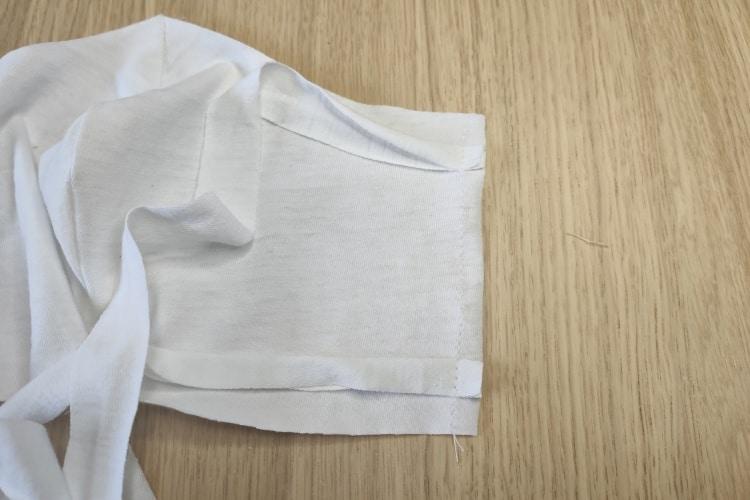 geheftete Bänder der Maske zum Befestigen