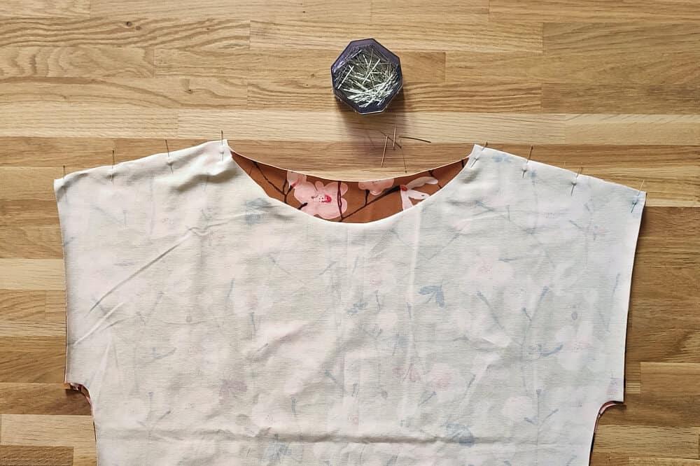 Shirt an den Schultern stecken