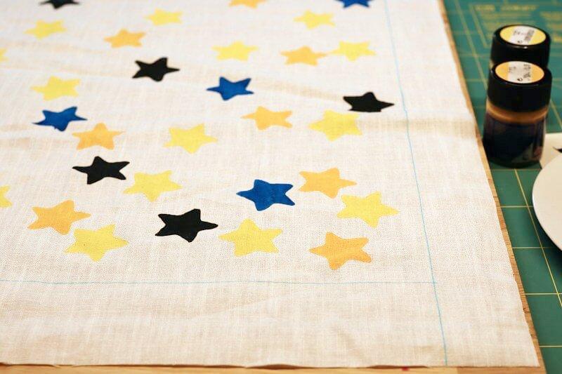 Kartoffeldruck Sterne auf Stoff