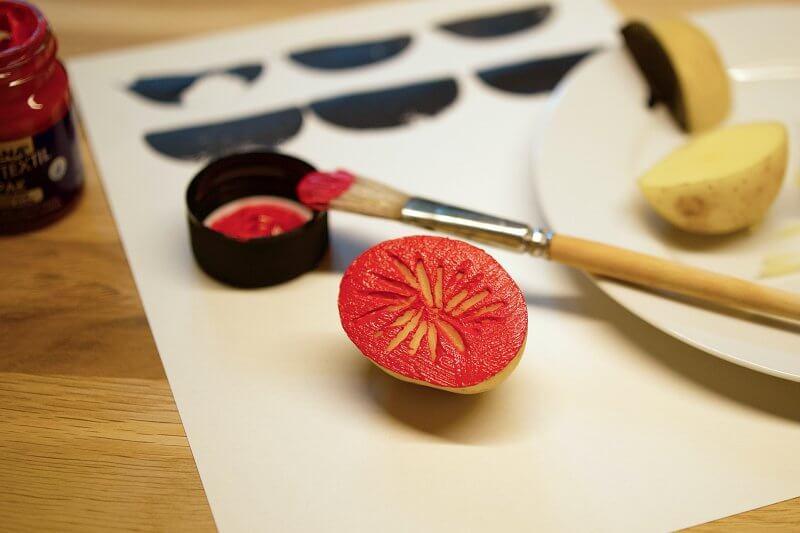 Kartoffeldruckmuster mit Linolbesteck schneiden