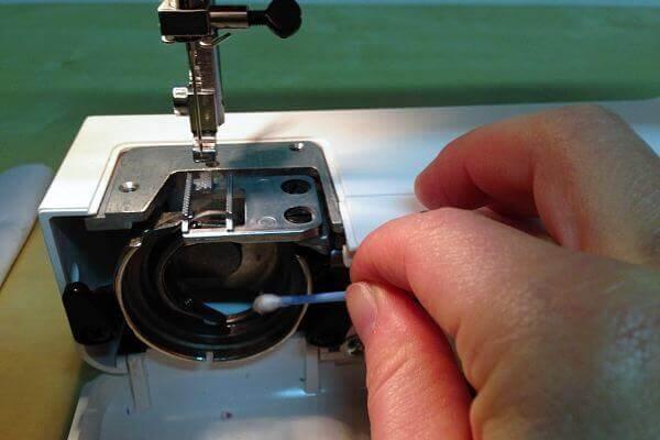 Nähmaschine entstauben - Wie reinige ich meine Nähmaschine