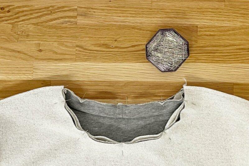 Halsbündchen gedehnt in den Ausschnitt stecken