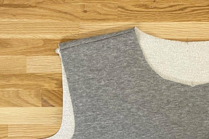 Nahtzugabe in das Sweatshirt-Rueckenteil bügeln