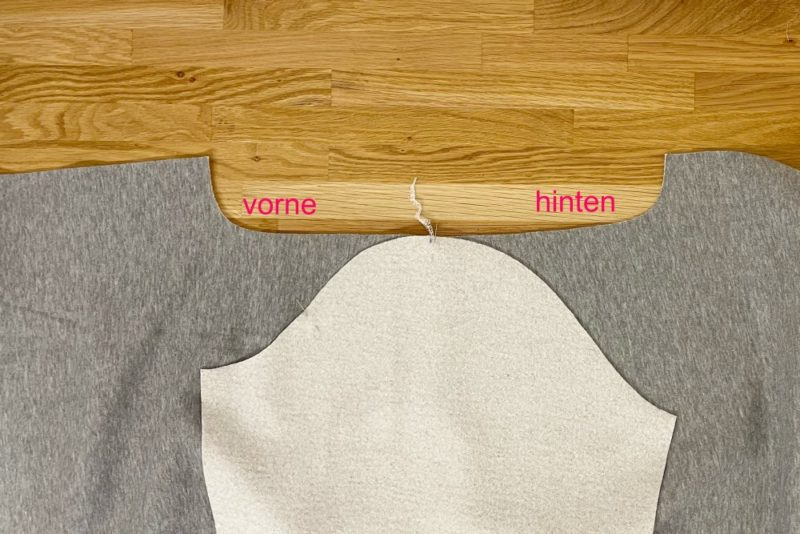 Sweatshirt-Ärmel in den Armausschnitt stecken